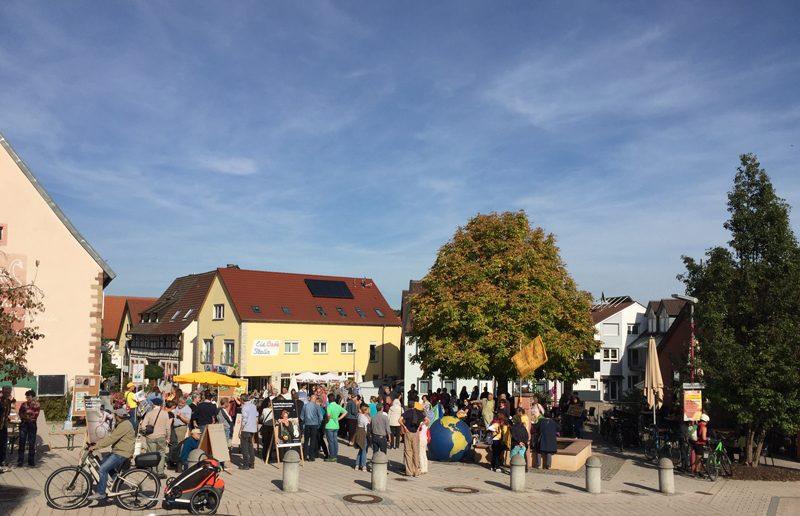 Gut gefüllter Friedrichplatz in Unteröwisheim